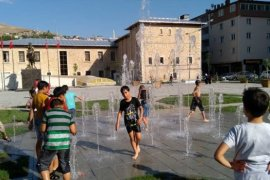 Sıcaktan Bunalan Çocuklar Fıskiyelerde Serinledi