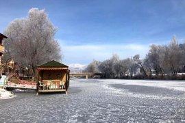Bayburt'ta Yıldırım Çayı Buz Tuttu