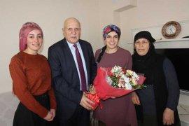 Pekmezci, Kadınlar Gününü Çiçeklerle Kutladı