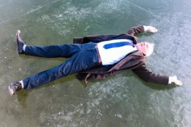 Gökçedere Gölü dondu, vatandaşlar hatıra fotoğrafı çektirdi