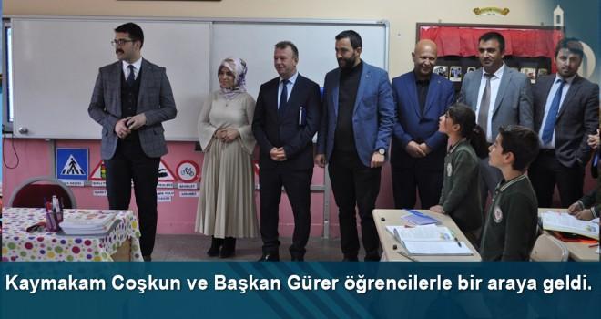 Kaymakam Coşkun ve Başkan Gürer öğrencilerle bir araya geldi.