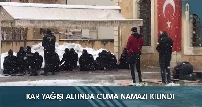 Kar Yağışı Altında Cuma Namazı Kılındı