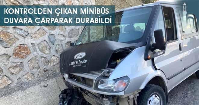 Kontrolden Çıkan Minibüs Duvara Çarparak Durabildi